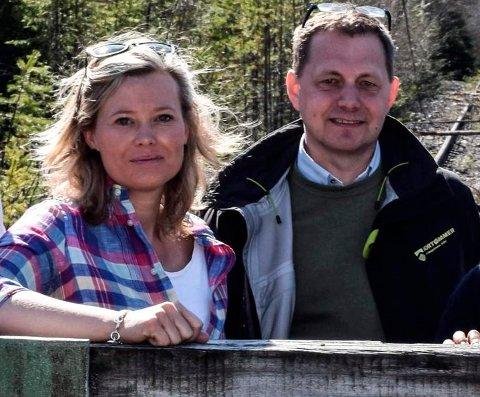 TØMMERTERMINAL: - En tømmerterminal på Trevatn er riktig både i et klimaperspektiv og med tanke på trafikkavvikling og trafikksikkerhet, sier komitéleder Kjersti Bjørnstad (Sp) i Oppland fylkeskommune. Her sammen med regionsjef Knut Esbjørnsen i Nortømmer AS under en befaring i vår.