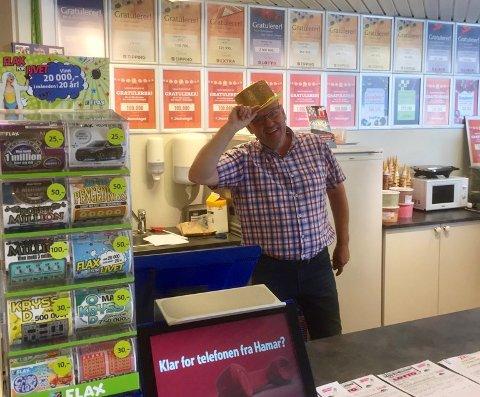 FEM ÅR ETTER: Andelslagets kupong ble kjøpt hos Sentrum Tips og Arne Løkken på Dokka. – Nøyaktig fem år etter skjedde det igjen altså. Er det mulig? Svaret er ja!, sier han.