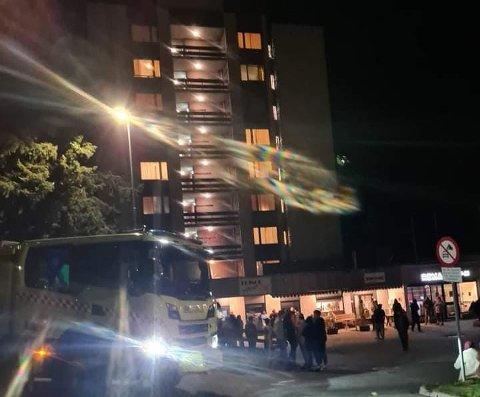 BRANNVESENET PÅ PLASS: Brannalarmen ble utløst i hele bygningen som følge av røykutvikling i en av leilighetene.