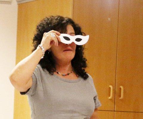 KASTET MASKEN: Konferansier Ingrid Korn fulgte årets oppfordring om å kaste masken.