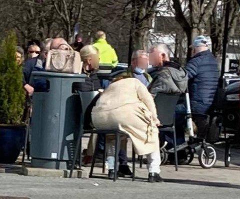 IKKE BRA: Det kommer stadig tips  om eldre som samles i store flokker utendørs på Rådhusplassen i Ås. Ås Avis fikk tilsendt dette bildet på torsdag. - Det er helt forferdelig, sier Sidsel Storhaug.