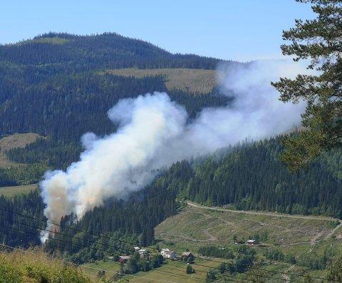 BRANN: Brannvesenet jobber med å slukke brannen i Vest-Torpa.
