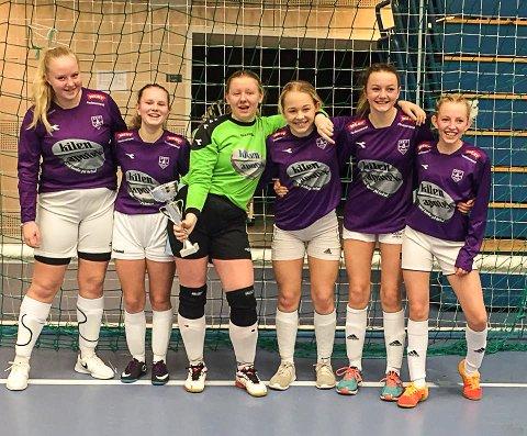 SAMARBEIDSLAG: Jentene på GØIF og Helgerøds J16-lag har mange spillere under 16. Lag 2 i Fossumcup kjempet seg til sølv i A-sluttspillet denne helgen. Fra venstre: Julie Asplund (14), Mari Kristiansen Meyer (14), Ina-Camilla Hoverud Sivås (15), Maren Moe Gaasholt (13), Milene Myhre Oddenes (15) og Vilde Bjerkaas (13). Keeper Ida  Celine Løvås (13) og utespiller Kim Marie Johansen (16) deltok også lørdag, men var ikke til stede da bildet ble tatt.