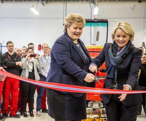 SNORKLIPPERE: Både statsminister Erna Solberg og næringsminister Monica Mæland lot seg imponere over den nye bilfabrikken på Kampenes, som de åpnet i fellesskap.
