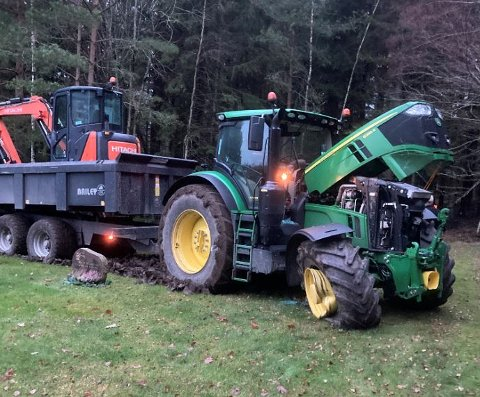 Her står traktoren fast bare noen centimeter unna en gravstøtte i Borge. Traktoren var stjålet fra en gård i nærheten.