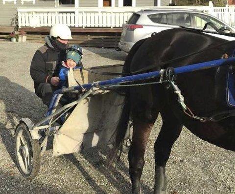 MED FAMILIEN: Lars Martin Antonsen er stor hesteentusiast. Her med sønnen Erling i sulkyen på hjemlig grunn i Skiptvet.  FOTO: PRIVAT