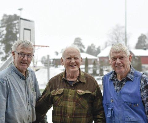 IVRIGE KURSHOLDERE: Svein Tretterud (69), Olaf Skrattalsrud (78) og Olav Risbråthe (73) stiller ivrig opp for å lære bort lafting.