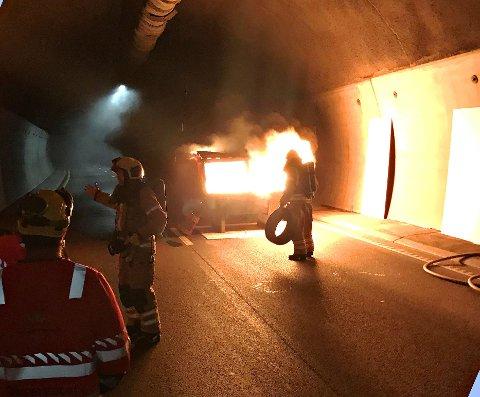 KRAFTIG BRANN: Det ble satt fyr på en spesialcontainer inne i tunnelen.