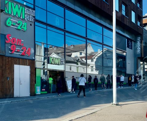 KØ: Oppover Tjømegaten i Tønsberg sentrum sto folk i kø for å handle hos Kiwi.