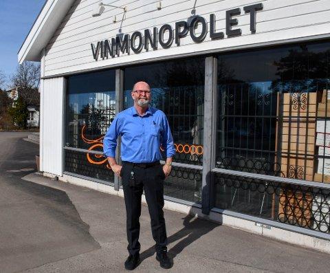 SELGER SOM BARE DET: Daglig leder i Vinmonopolet på Tjøme Rolf Eriksen selger masse hvitvin.