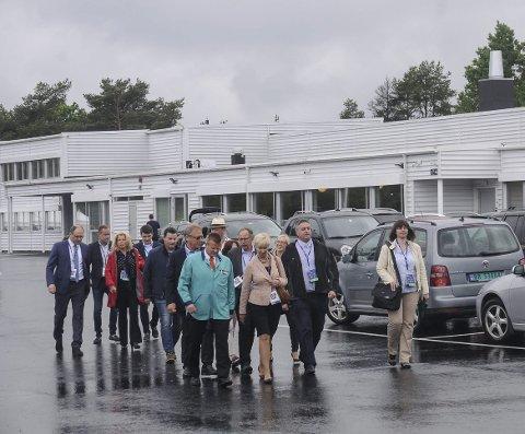 Kitron Arendal flyttet tilbake til Ytterbø ved Kilsund i 2017. Her er en gruppe på omvisning i forbindelse med gjenåpningen. Arkivfoto