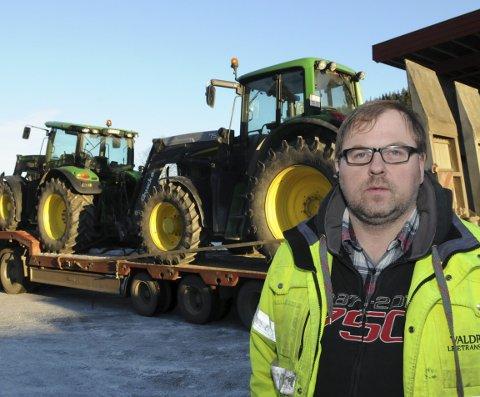 Reparasjon: Måndag leverte Ulrik Rognås to av traktorane sine til reparasjon hjå Felleskjøpet på Fagernes. Tre er til overhaling i Røn.