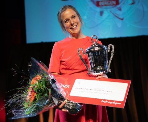 Helga Bjørke Hernes vann både pokal, blomar og eit reisegåvekort på 5000 kroner i formidlingskonkurransen.