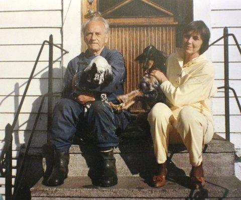 Glad i hunder: Ekteparet Tollefsen hadde til enhver tid  to engelske settere, og  paret reiste rundt på hundeutstillinger rundt omkring i landet når anledningen bød seg. Her er de på trappen                               utenfor villaen i Nordre Skansemyren 20. §Foto: Privat