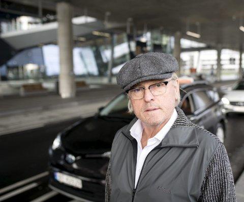 Den profilerte advokaten Per Magne Kristiansen reagerer på manglende informasjon om minstepriser på taxiturer fra Flesland.