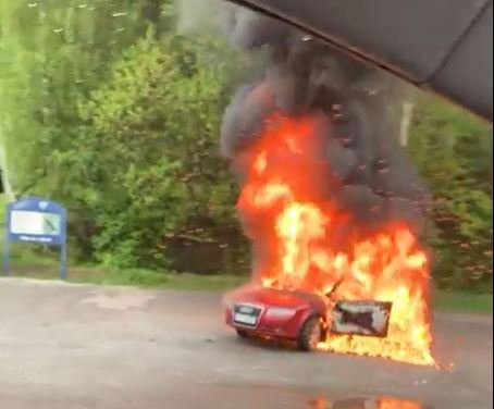 FULL FYR: Bilen i Eikernveien sto i full fyr da brannvesenet kom fram.