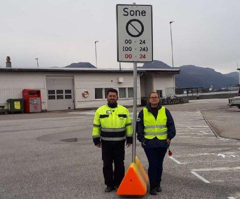 Prosjektleiar Bjørkaas Hall (Flora Hamn KF)  og dagleg leiar Arnesen (Florø Parkering ) No blir det garantert parkering forbode utanfor merka område.