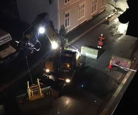 TAKSTEN FALT AV: Den kraftige vinden førte blant annet til at taksten falt ned fra en bygning i Apenes gate. Det endte med at gaten ble sperret fredag kveld. Men ifølge værvarselet skulle vinden vært enda kraftigere.