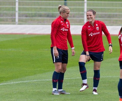 GOD STEMNING: Norges Norges Elise Thorsnes og Isabell Lehn Herlovsen under tirsdagens treningsøkt før torsdagens kvartfinale mot England.