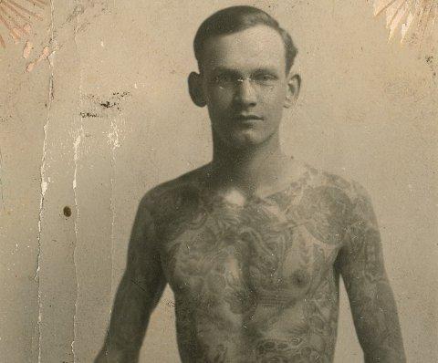 Dietzel reiste på et tidspunkt rundt med et sirkus og opptrådte som verdens mest tatoverte mann.