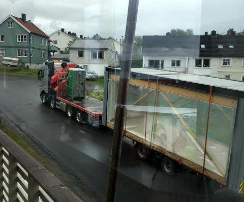 Slik så det ut utenfor vinduet til Mona Røch Aanes mandag morgen. E6-trafikken går rett utenfor døra. Hun ber om bedre skilting av fartsgrensen, og at farten settes ned til 30 kilometer i timen.