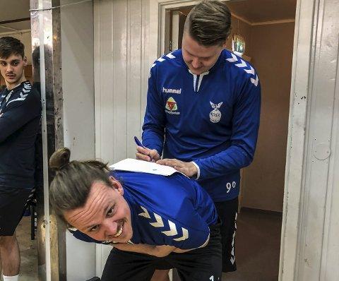 SKADET: Marcus Rasch er ute av spill for Falk i en periode, etter å ha brukket fingeren. Bildet er fra i våres, da han brukte ryggen til keeperkollega Simen Westby Johansen til å signere ny Falk-kontrakt.