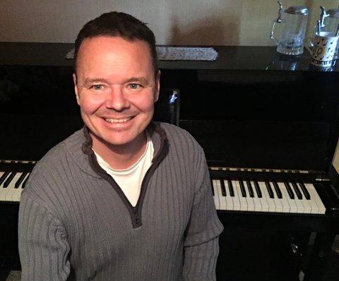 SER FRAMOVER: Tor Ingar Jakobsen ser lyst på framtida, til tross for at koronaen spente bein på mange av prosjektene til komponisten og musikeren.