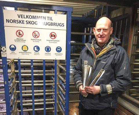 VED PORTVAKTA: Tor-Øystein Gulliksen i Halden kommune minner om hvor viktig det er å bruke refleks.