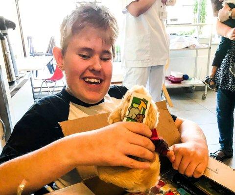 OVERRASKET OG GLAD: Ørjan Soli Magnussen (14) ble både overrasket og glad da fire brannmenn fra Trøndelag brann- og redningstjeneste besøkte ham på sykehuset. – Gjør dere dette bare for meg, spurte Ørjan. Det var klassekameratene hans på Risum ungdomsskole som hadde tipset Hockey mot kreft om 14-åringens sykdom og sykehusopphold.