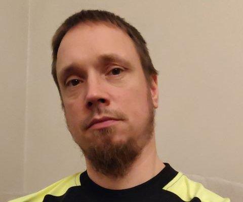 FRA FRUSTRASJON TIL GLEDE: Nikolay Hegseth ble permittert fra jobben på Nordby Supermarket i mars på grunn av korona. Han var fortvilet over å ikke ha fått seg noen ny jobb da han snakket med HA i september. Men i november kom gladnyheten.