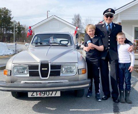 VETERAN: Knut Suhr har kjøpt seg en 76-modell Saab 96. Her er han sammen med to av barnebarna, Patrik (til venstre) og Markus, på 17. mai i år.
