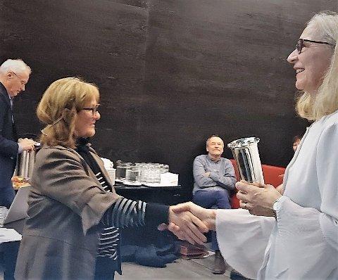 VELDREVET: Lotte Almås og Øyvind Knapstad fikk onsdag pris for veldrevet gårdbruk 2020 av styreleder i Stiftelsen Nordland Landbruksselskap, Ann-Christine Theodorsen.