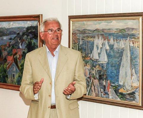 """Sverre Okkenhaug håper at Frits Thoulows maleri, """"Inne i furuskogen"""" havner i Kragerø. Her står han ved siden av et annet maleri Kragerø Faste Billedgalleri har kjøpt inn, Lars Jordes, """"Regatta i Kragerø""""."""