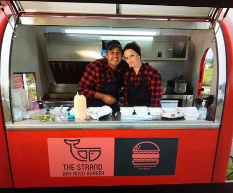 PÅ TUNET: Verken lys eller skilt viser vei til småbruket på Valestrand. Likevel finner folk fra fjern og nær fram til den lille, røde matvognen hvor Kristine og Dominic Bhargava selger hjemmelagde burgere.