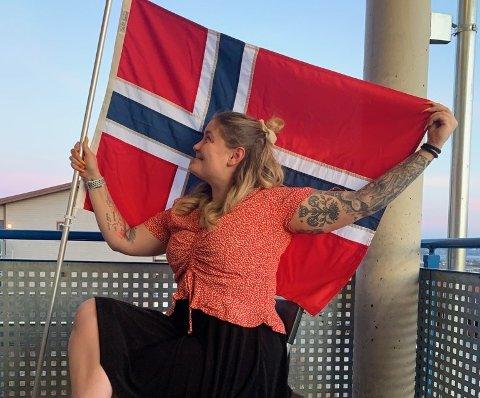 Leder i 17. mai-komiteen Martha Knapp har selv tenkt til å trekke i bunad og feire fra balkongen hjemme. Men hun skal også ut for å legge kranser på minnesmerkene fra krigen, slik tradisjonen er i Lillehammer.
