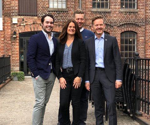 GODE NYHETER: Fv: Michael Torp, Finn-Erik Blakstad og Tage Pettersen kom med gode nyheter til Hege Hauge Tofte.
