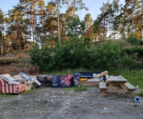 Ida Evensen (27) skulle på hengekøyetur med familien i Paradisbukta, da hun oppdaget store mengder søppel og glasskår som lå igjen etter en fest.