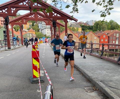 LØPER GODT: Hilde Borkmo holder god fart på beina på halvmaraton. Her er hun på veg inn til andreplass i sin klasse i Trondheim maraton lørdag.