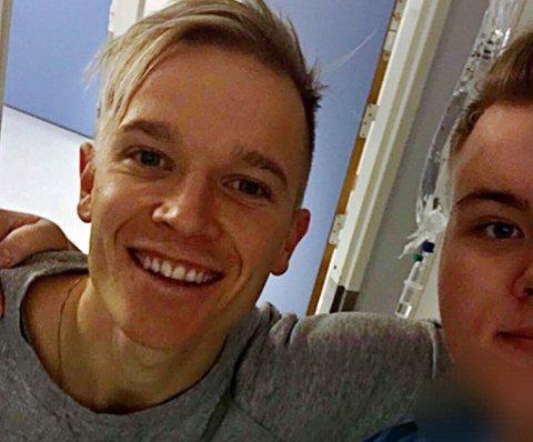 Christer Johnsgård på besøk hos Oliver Slettli onsdag. Slettli forteller at han har ligget 40 dager på UNN og venter på operasjon, og ser på besøket som et stort lyspunkt.