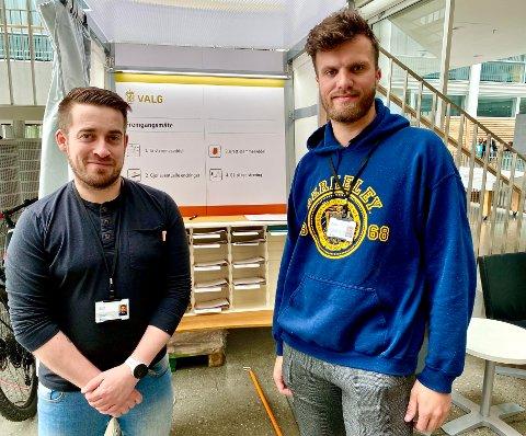 AVLUKKE: Her i rådhusets foajé finner man avlukket der man har kunnet stemme allerede siden 1. juli. Valgmedarbeiderne Øyvind Bømark (til venstre) og Markus Størkesen hjelper ved behov.