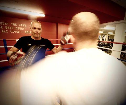IN ACTION: Stig Lyshaug trener med Kenneth Sletten som er kamsportansvarlig ved Mudo Gym Gjøvik.