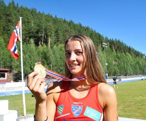 GULLET SMAKTE: Telma Eid passerte sin drømmegrense på 5000 poeng, slettet kretsrekorden og kunne juble for NM-gull i sjukamp på Blåbærmyra.