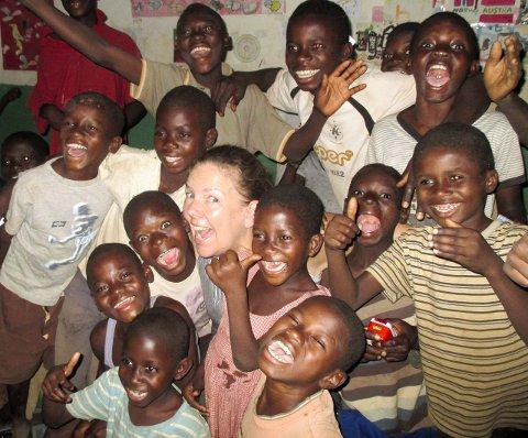 ILDSJEL: Turid Skogen fra Ski i sitt rette element: Sammen med barna på barnehjemmet Zebra i Ghana.