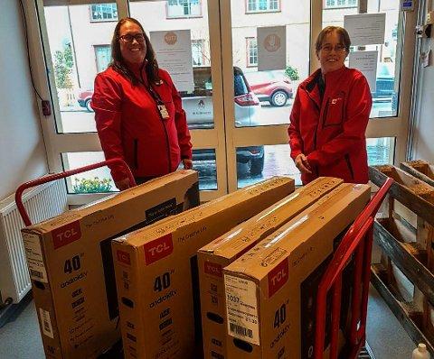STILTE OPP: Larvik Røde Kors stilte opp da Larvik Helsehus ba om hjelp til å få TV-er på flere av pasientrommene. Her leverer Sirilinn Askerud (t.v.) og Monica Ljusnes fire TV-er.