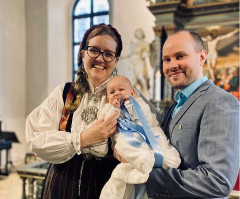 DÅP I KORONATID: – Ikke helt som planlagt, men ble likevel en minneverdig dag, sier Mathilde Ellingsen (30). Her med mannen Jøran Skjæveland (32) og sønnen deres Kornelius.
