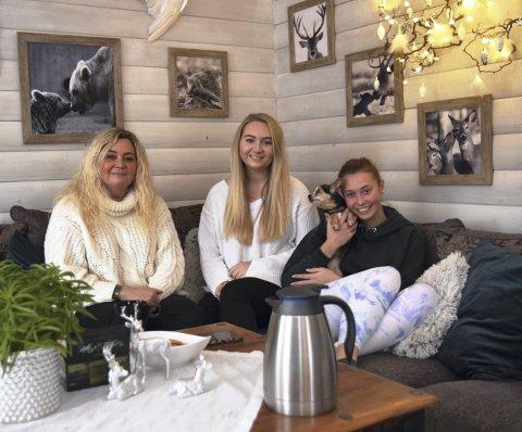 HYGGELIG: – Vi koser oss veldig i desember, sier mamma Randi Nyengen og døtrene Marielle (snart 23) og Kristiane (18). Tvillingsøsteren Rebekka var på skole i Våler da bildet ble tatt, men hun er vanligvis med på samlingene i sofaen hun også.