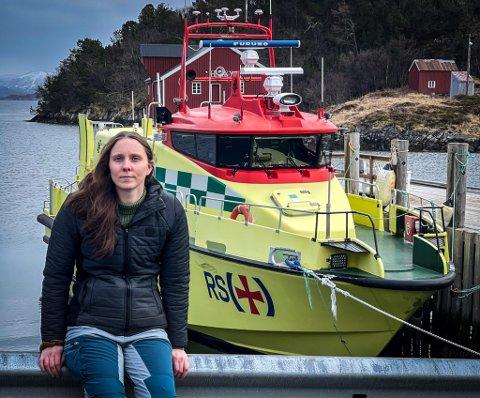 – Det betyr mye for oss å ha båten i nærområdet, og de som jobber om bord er så ekstremt flinke, sier leder for  Rødøya lokalforening, Trude Pedersen.