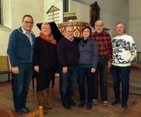 Hans-Petter Frivold, Anne kristin Frivold, Atle Haugen, Hanne Lien, Frithjof Rudstaden og Per Nøsterud ønsker velkommen til Hole kirke nyttårsaften.