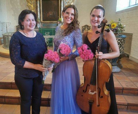 SKAPTE STEMNING: Kantor Grethe Ulversøy sammen med sopran Gunn-Marie Bruce og cellist Sandra Lied Haga.