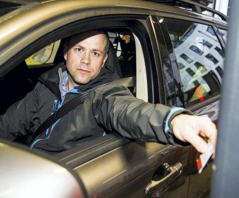 REAGERER: Tor Johansen fra Fjerdingby tror ikke politikerne har tenkt på alle konsekvensene av prisøkningen i bomringen. Han er fast bruker av pendlerparkeringen ved Lillestrøm stasjon, men når muligheten nå begrenses, frykter han for konsekvensene. FOTO: ANDREAS LEKANG